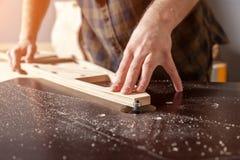 Um construtor masculino novo do carpinteiro imagens de stock royalty free