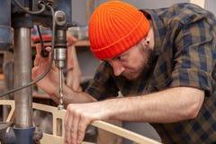 Um construtor masculino novo do carpinteiro imagens de stock