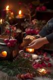 Um conto de fadas do Natal com velas e bagas sob a neve Menina e decoração do Natal imagens de stock royalty free