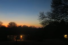 Um contraste bonito do crepúsculo e das sombras foto de stock