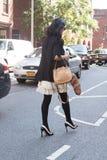 Um convidado do desfile de moda que cruza a rua em New York City Imagens de Stock