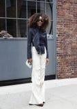Um convidado levanta após o desfile de moda de Donna Karan durante a semana de moda de New York Foto de Stock Royalty Free