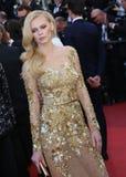 Um convidado no vestido dourado Fotos de Stock Royalty Free
