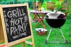 Um convite a um partido do assado, escrito no quadro-negro Fotos de Stock Royalty Free