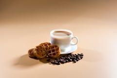 Um copo branco do cappuccino em um fundo bege Imagens de Stock Royalty Free
