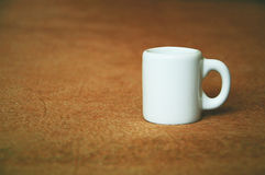 Um copo branco pequeno Fotografia de Stock Royalty Free