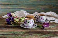 Um copo com café da manhã e um ramalhete dos wildflowers Imagem de Stock Royalty Free