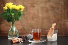 Um copo com chá na tabela imagem de stock royalty free