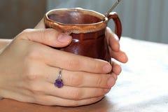 Um copo com uma bebida mágica Fotos de Stock
