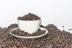 Um copo completo de feijões de café Foto de Stock Royalty Free