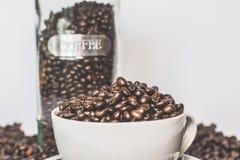 Um copo completo de feijões de café Foto de Stock