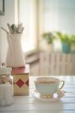 Um copo da porcelana do chá quente em uma tabela branca Imagens de Stock Royalty Free