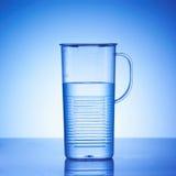 Um copo de água Imagens de Stock
