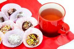 Um copo de bolas do chá e do chocolate Imagem de Stock Royalty Free