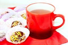 Um copo de bolas do chá e do chocolate Fotos de Stock