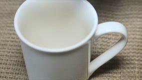 Um copo de café em um pó branco filme