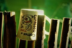 um copo de café em uma vara de bambu foto de stock royalty free