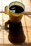 Um copo de papel do café preto na tabela Foto de Stock
