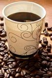 Um copo de papel do café preto na tabela Imagem de Stock