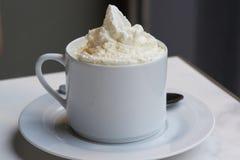 Um copo de viennois deliciosos do chocolat da OU do café imagens de stock royalty free