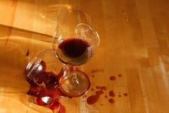 Um copo de vinho quebrado Fotos de Stock Royalty Free