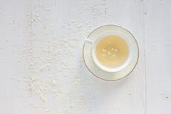 Um copo delicado do vintage rosas Configuração lisa Fotografia de Stock Royalty Free