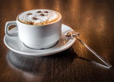 Um copo do café aromático fresco em um café Fotografia de Stock Royalty Free