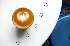 Um copo do café da arte do latte Imagem de Stock
