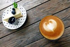Um copo do café da arte do latte Foto de Stock