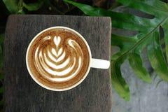 Um copo do café da arte do latte Fotos de Stock