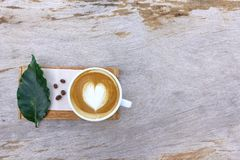 Um copo do café da arte do latte Imagens de Stock