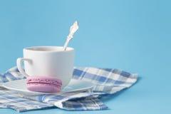 Um copo do café do americano da manhã com macarons franceses no azul Foto de Stock Royalty Free