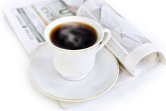 Um copo do café e do jornal quentes Foto de Stock