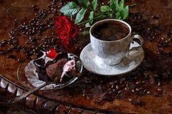 Um copo do café e do escarlate da manhã aumentou Ainda-vida rústica Aquarela molhada de pintura no papel Arte ingénua Arte abstra ilustração stock