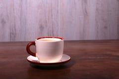 Um copo do café do café em um fundo de madeira escuro Fotografia de Stock Royalty Free