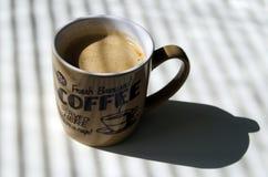 Um copo do café fabricado cerveja fresco imagens de stock royalty free