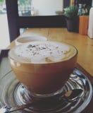 Um copo do café do latte fotografia de stock