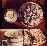 Um copo do café perfumado delicioso da manhã com bolo Fotografia de Stock