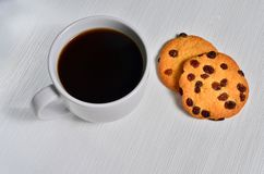 Um copo do café preto com as cookies americanas friáveis fotografia de stock royalty free