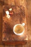 Um copo do café preto na madeira textured velha Imagem de Stock