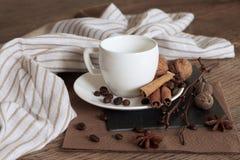 Um copo do café quente e de artigos temáticos em torno dele fotos de stock