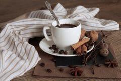 Um copo do café quente e de artigos temáticos em torno dele fotos de stock royalty free