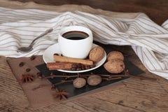 Um copo do café quente e de artigos temáticos em torno dele Fotografia de Stock Royalty Free