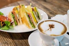 Um copo do café quente do leite com café do Latte do leite ou café do cappuccino fotos de stock royalty free