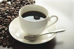 Um copo do café quente na tabela Fotos de Stock Royalty Free