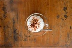 Um copo do cappuccino e do pão quentes Fotos de Stock Royalty Free