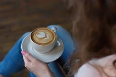 Um copo do cappuccino em uma bandeja Foto de Stock
