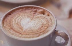 Um copo do cappuccino Macro DOF raso Fotografia de Stock Royalty Free