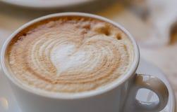 Um copo do cappuccino Macro DOF raso Foto de Stock
