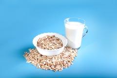 Um copo do cereal e de um vidro do leite Um pequeno almoço saudável Imagens de Stock
